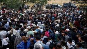 Refugees swarm a Greece-Macedonia border crossing. /Reuters