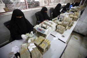 Money exchangers count stacks of Yemeni rials in of the Central Bank of Yemen in Sanaa. /Reuters