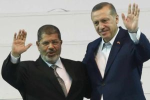 Turkish Prime Minister Recep Tayyip Erdogan (right) and Egyptian President Mohammed Morsi greet the audience in Ankara, Sept. 30, 2012. /Reuters