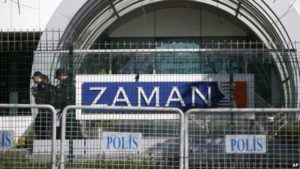 Security officials at the offices of the Zaman newspaper in Istanbul. / AP