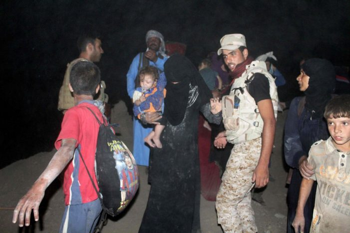 Thousands of Iraqis flee Fallujah as Army advances, opens escape corridor