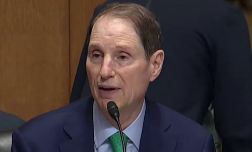 Democratic Sen. Wyden escorted pregnant Mexican woman across border to give birth