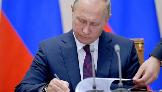 Russia's electoral strategy: Putin signs law allowing voting by mail and Internet